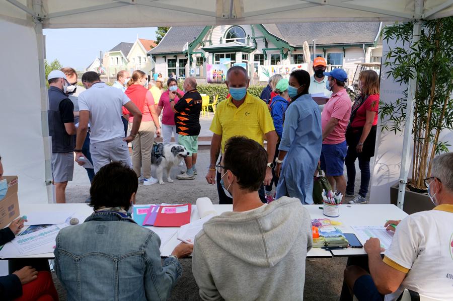 equipe trophee art-en-ciel - enregistrement des participants au golf de belle dune